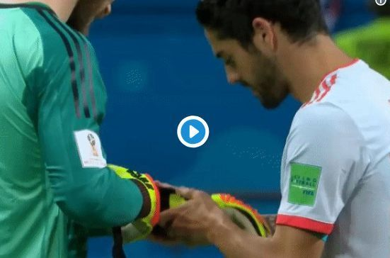 Video: 'Come to United' - Man Utd fans love what Spain star did to David de Gea in Iran victory | CaughtOffside