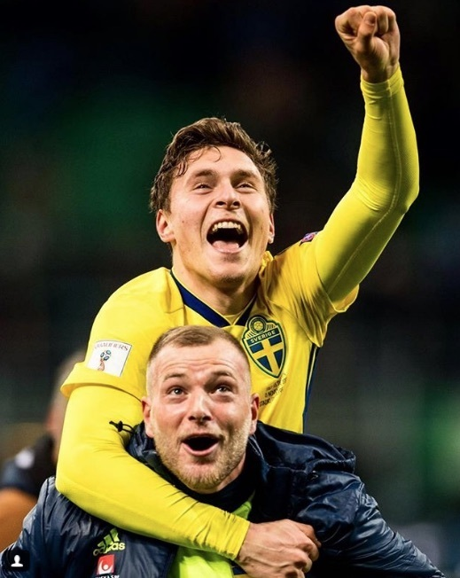 Victor Lindelof celebrates Sweden reaching the 2018 World Cup