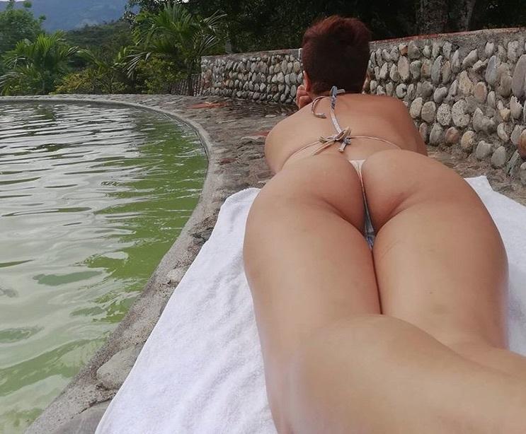 Amaranta Hank shows off butt